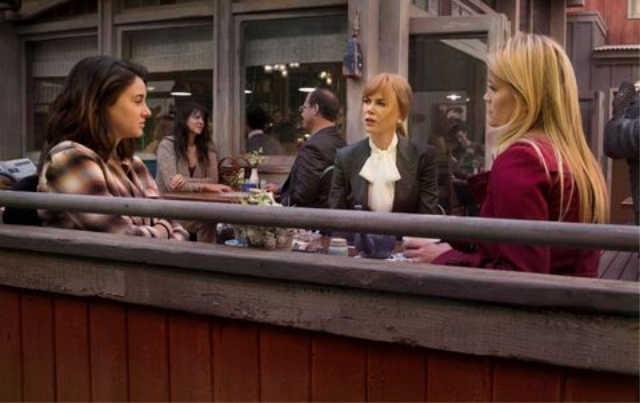 Madeline, Celeste y Jane charlando durante su café en el puerto