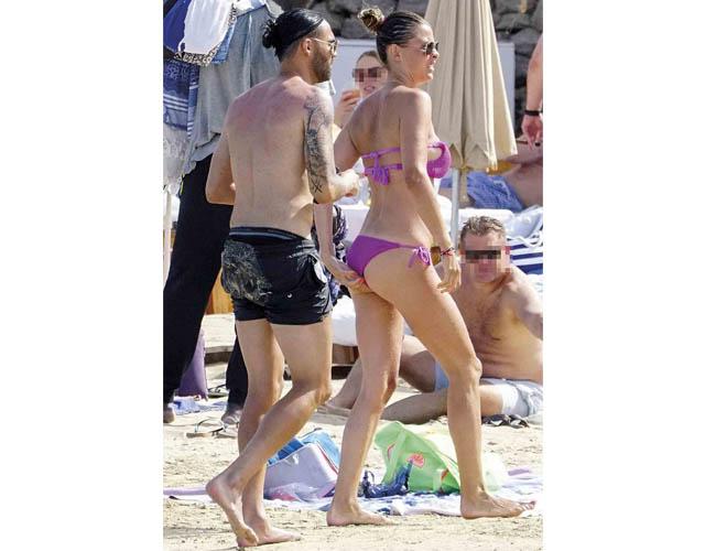La modelo y el futbolista disfrutaron del sol de la playa de Ibiza