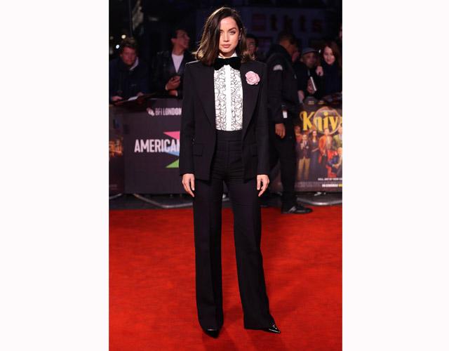 La actriz aportó por la moda del boyish para el estreno de su última película