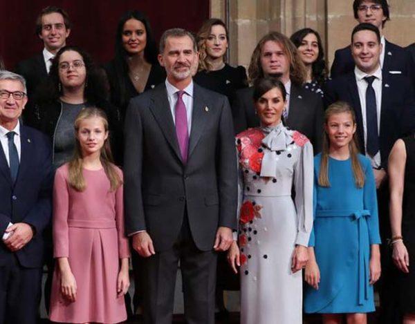 ¡Los reyes y sus hijas reciben a galardonados de Los princesa de Asturias!