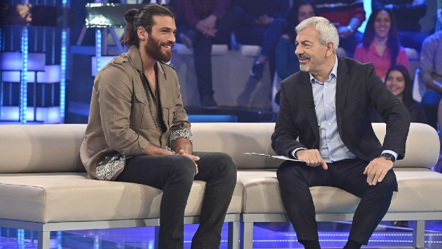 Carlos Sobera entrevista a Can Yaman en Volverte a ver