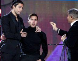 Luca arropa a su hermano durante la entrevista en el plató